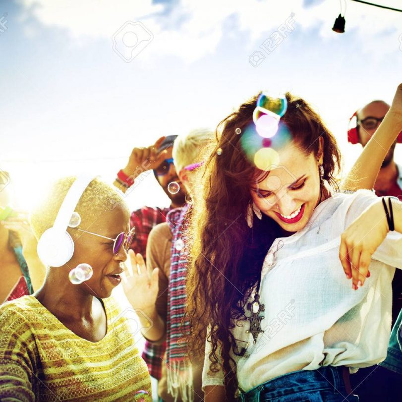 42883251-teenagers-friends-beach-party-happiness-concept